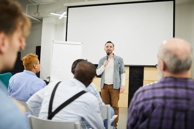 Startende ondernemer die zijn project op conferentie voorstelt