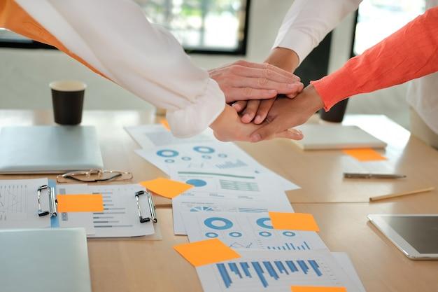 Startman vrouw die zich bij verenigde hand aansluiten, commercieel team wat betreft handen samen. eenheid teamwerk partnerschap concept.