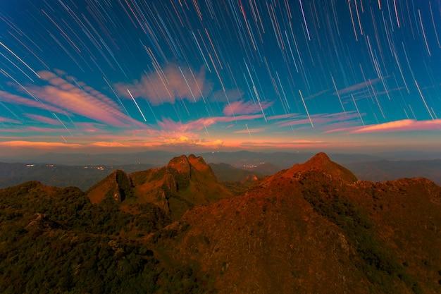 Startrail met bright stars en ruimtestof bij doi luang chiang dao