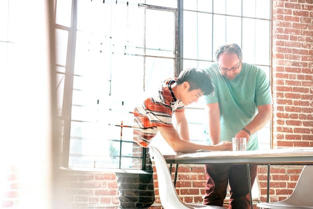 Startup business team werkt aan een project in een vergadering