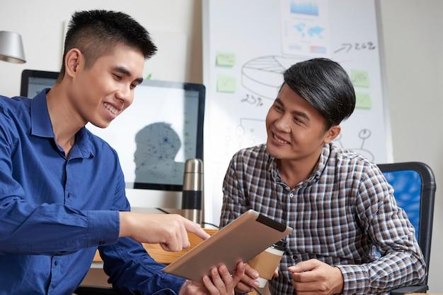 Startuppers met digitale tablet