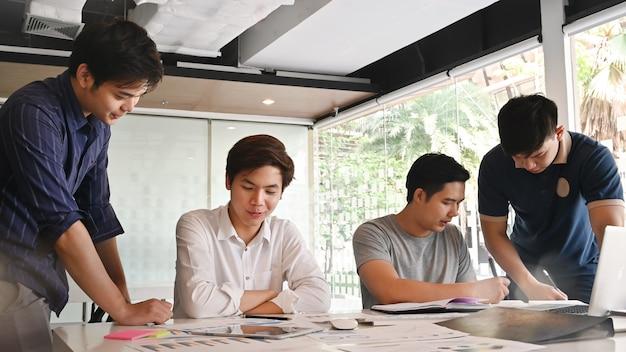 Startzakenman in groepsvergadering met andere zakenlieden