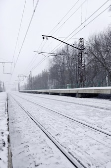 Station in de winter sneeuwstorm