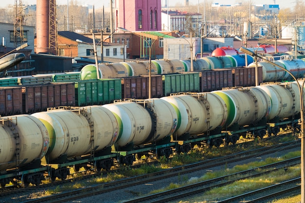 Station met goederentreinen. in het midden is een trein met tanks