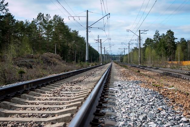 Station tegen mooie hemel. industrieel landschap met spoorweg kleurrijke bewolkte blauwe hemel.