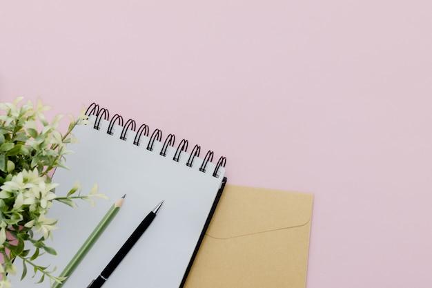 Stationair concept, potlood, pen en blocnote op een roze abstracte lijst met minimale exemplaarruimte ,.