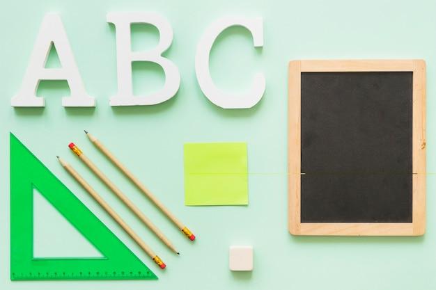 Stationair met kleine schoolbord en alfabet letters