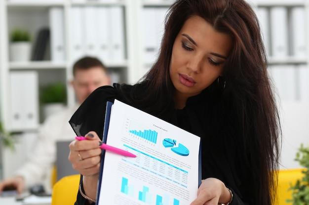 Statistieken vrouwelijke arm laten zien, geknipt op pad