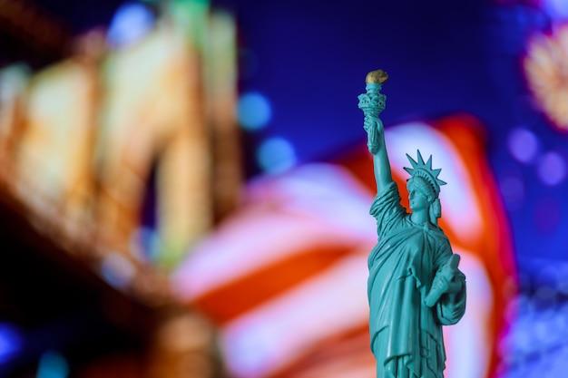 Statue of liberty, united specated flag brooklyn bridge, new york, verenigde staten