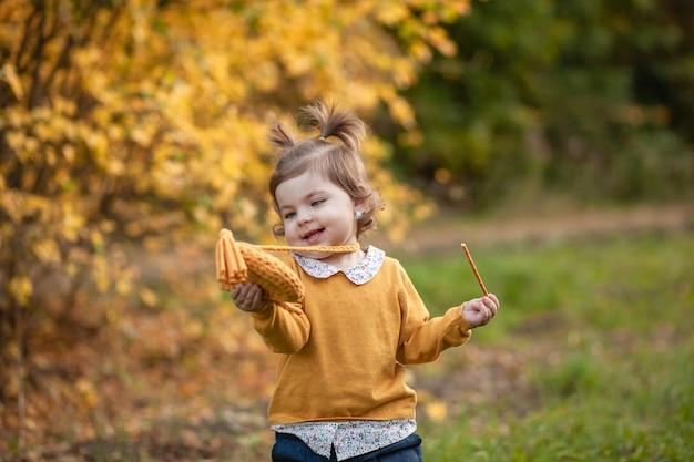 Stavropol, rusland, 5 oktober 2019; een klein meisje met een gebreide handtas loopt in het park
