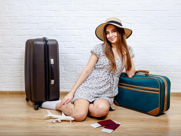 Staycation thuis. de vrouw kan vanwege de quarantaine niet reizen