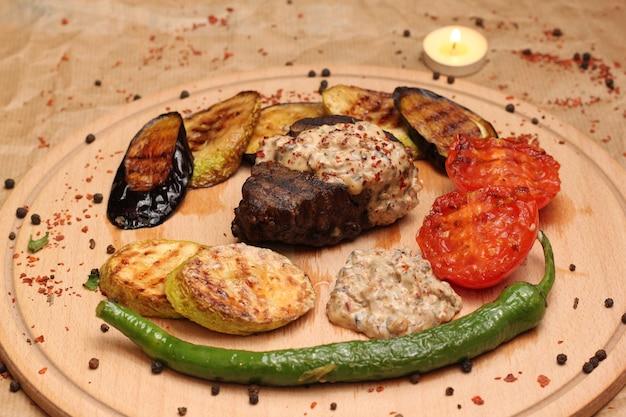 Steak aardappel zuccini aubergine peper zijaanzicht