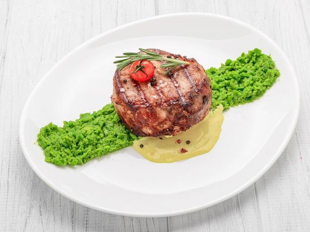 Steak mignon met erwtenpuree en roomsaus