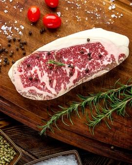 Steak vlees rozemarijn tomaat peper bovenaanzicht