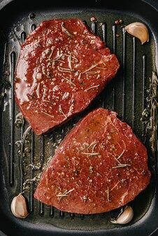 Steaks gebakken in een pan-dinerconcept
