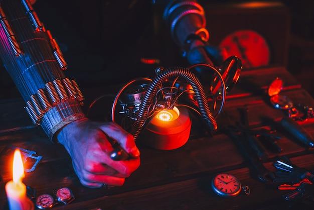 Steampunk-cosplay. handen van een man, een ingenieur-uitvinder die een fantastische post-apocalyps-bril repareert