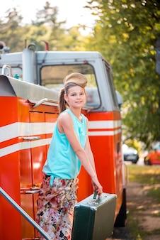 Steampunk meisje in de hoed op oude stoomlocomotief.