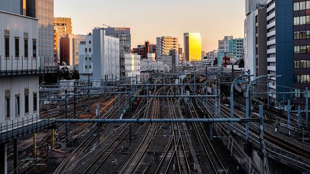 Stedelijk landschap japan slepen en zonsondergang