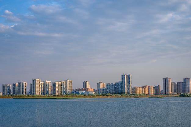 Stedelijk landschap van forenzenstad aan de rivieroever in kazan