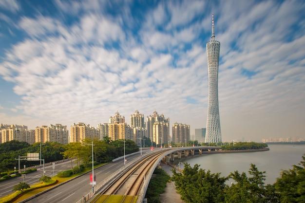 Stedelijk landschap van guangzhou-stad bij zonneschijndag, china