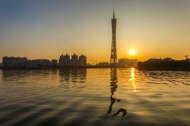 Stedelijk landschap van guangzhou-stad in zonsondergangtijd, china