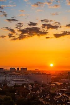 Stedelijk landschap, zonsondergang in de mooie stad de avond