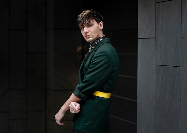 Stedelijk portret van niet-binaire persoon in groen jasje