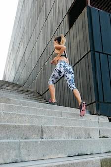 Stedelijk sportconcept met jonge vrouw