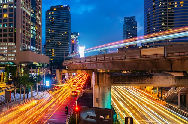 Stedelijk verkeer en lucht 's nachts in bangkok, thailand