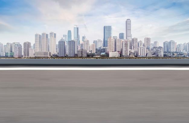 Stedelijk wegvierkant en horizon van architecturaal landschap in chongqing