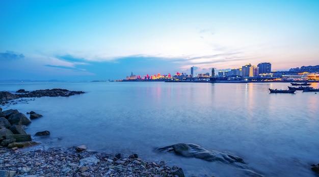 Stedelijke architecturale landschapshorizon langs de kustlijn van qingdao
