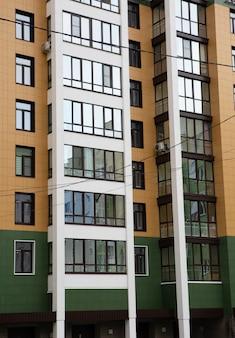Stedelijke architectuurbinnenplaats van een modern flatgebouw