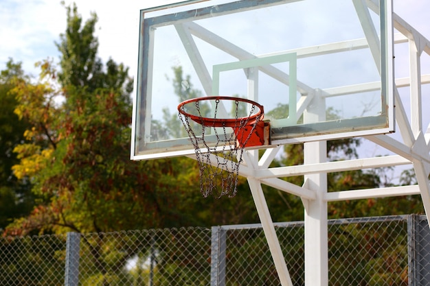 Stedelijke basketbalhoepel en basketbalveld. spel