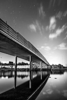 Stedelijke brug met meer 's nachts