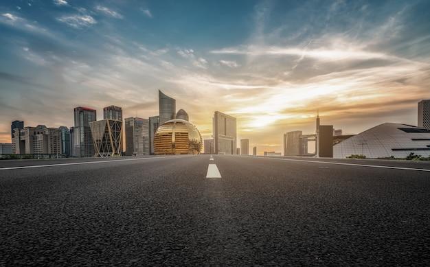 Stedelijke gebouwen en asfaltwegen in de schemering