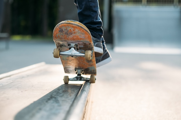 Stedelijke man-hobby. vrije tijd skateboarden en oefenen.