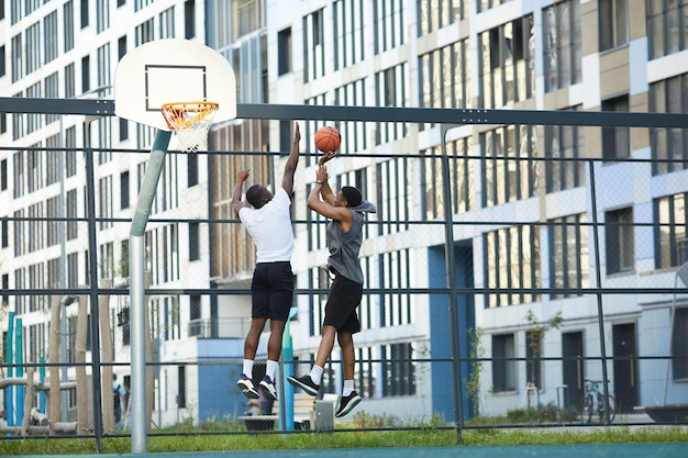 Stedelijke mensen spelen basketbll