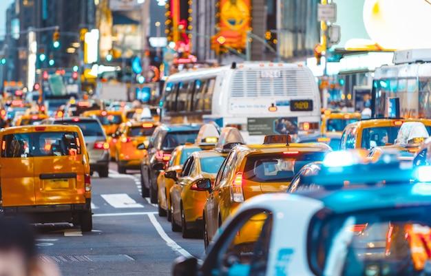 Stedelijke oerwoudscène met auto's en verkeer in de stad van new york