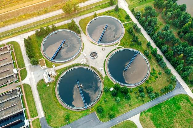 Stedelijke rivierwaterbehandeling, waterfiltratie en -zuivering, bovenaanzicht van de zuiveringsinstallatie