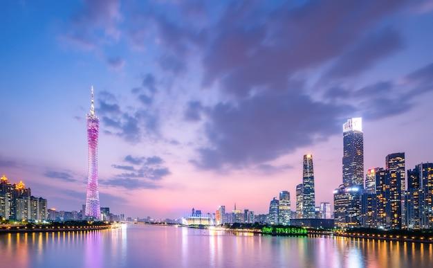 Stedelijke skyline en architectonisch nachtlandschap