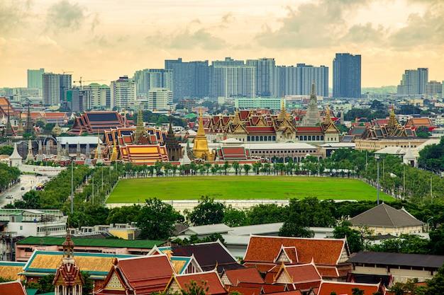 Stedelijke stadshorizon, wat arun, wat pho en wat phra kaew of grand palace bij schemering in bangkok, thailand.