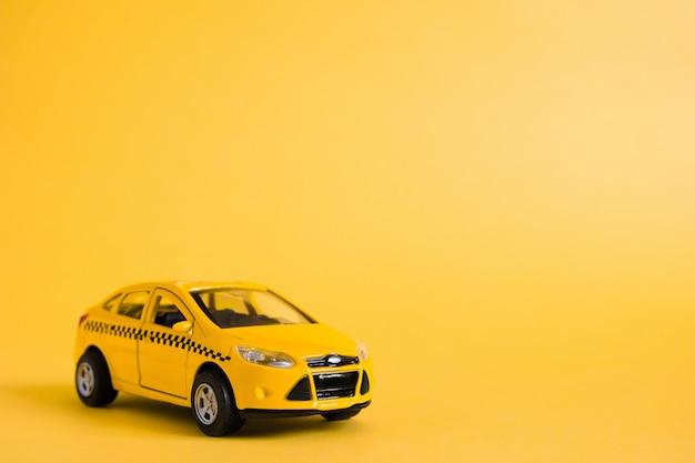 Stedelijke taxi en bezorgservice concept. speelgoed gele taxi automodel