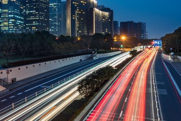 Stedelijke verkeersweg met stadsbeeld