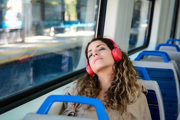 Stedelijke vrouwenslaap in een treinreis naast het venster.