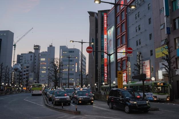 Stedelijke weergave met auto's op straat