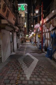 Stedelijke weergave met lege straat 's nachts