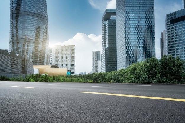 Stedelijke wegen en moderne gebouwen in het financiële district lujiazui, shanghai