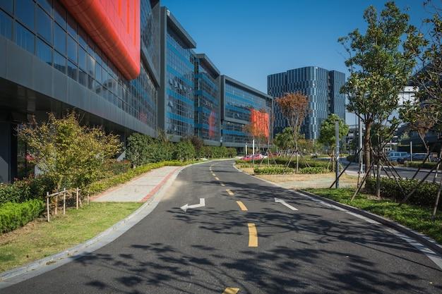 Steeg met kantoorgebouwen in het moderne gebied van boedapest