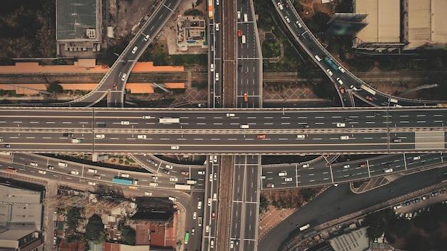 Steek de snelweg over van boven naar beneden bij luchtfoto van de hoofdstad van de filipijnen