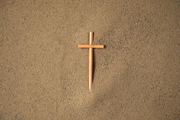 Steek kruis op het zand